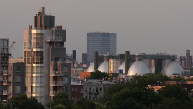 day to night timelapse of greenpoint, brooklyn with recycling plant - greenpoint brooklyn stock videos & royalty-free footage