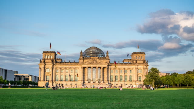 day to night timelapse of reichstag, berlin - palace video stock e b–roll