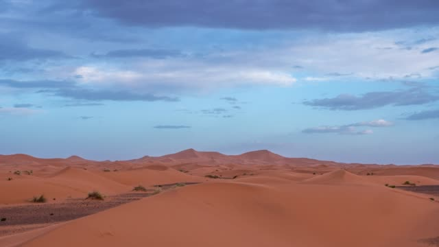 vídeos de stock e filmes b-roll de day to night timelapse of the dunes and the sky in the desert - duna