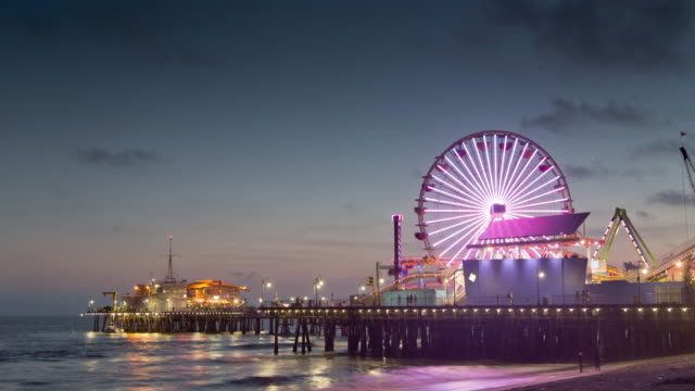 vídeos de stock, filmes e b-roll de day to night timelapse of the santa monica pier at sunset with clouds - roda gigante