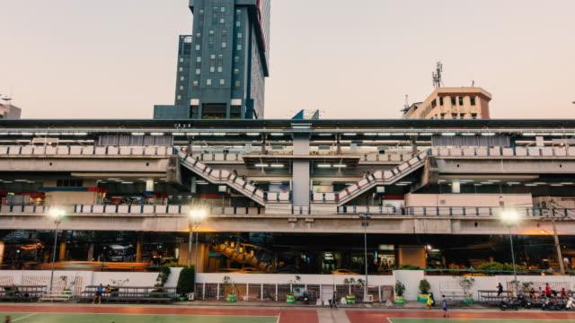 tag und nacht zeitraffer: fußgänger menge moderne stadt leben hintergrund. - bahnreisender stock-videos und b-roll-filmmaterial