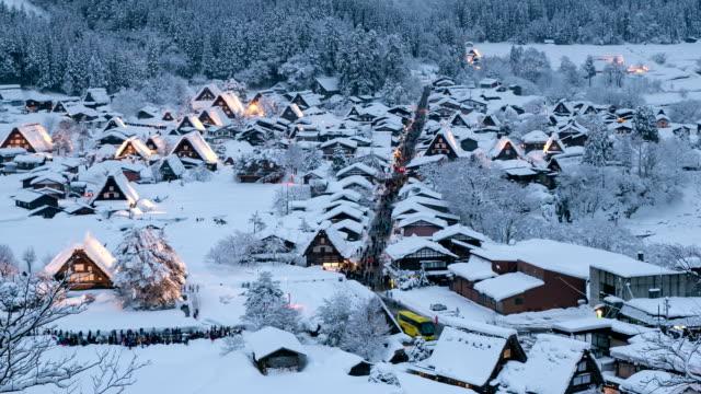昼から夜への時間の経過。shirakawago 岐阜、中部世界遺産の日本 - 村点の映像素材/bロール