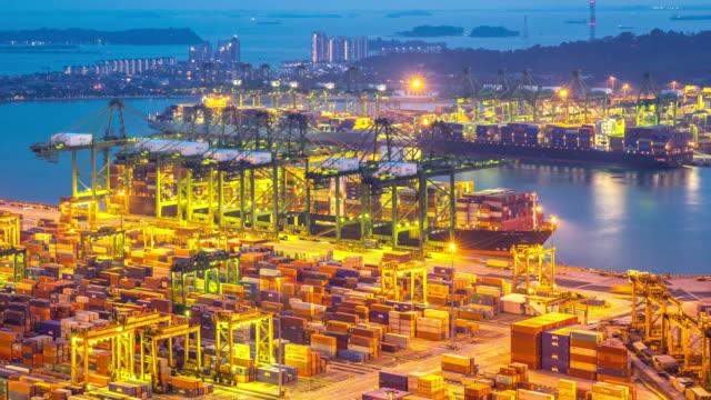 vídeos de stock, filmes e b-roll de 4 k dia para a noite de tempo (time-lapse): cingapura vista aérea do porto de armazém fundo - recipiente