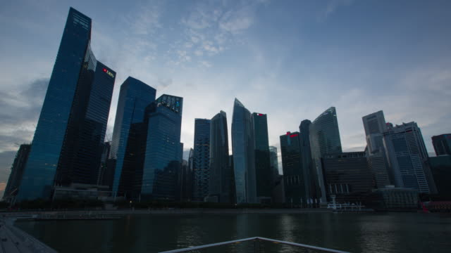4 k tag zur nacht zeitraffer: stadtlandschaft von singapur marina bay - klammer stock-videos und b-roll-filmmaterial