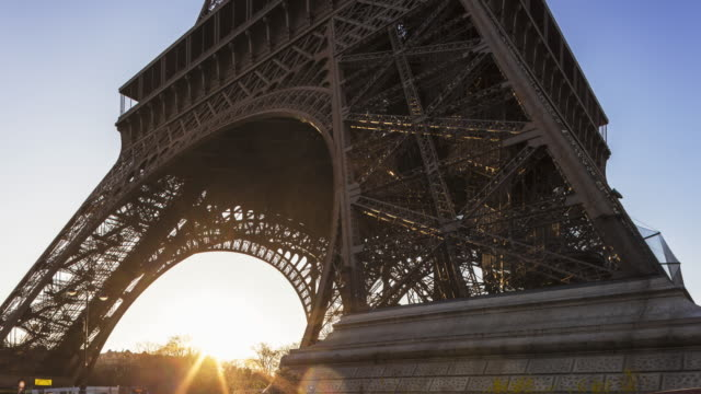 day to night tl hyperlapse along eiffel tower - aufnahme von unten stock-videos und b-roll-filmmaterial