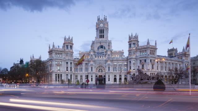 vídeos de stock e filmes b-roll de day to night tl of palacio de comunicaciones and plaza de la cibeles. - palácio