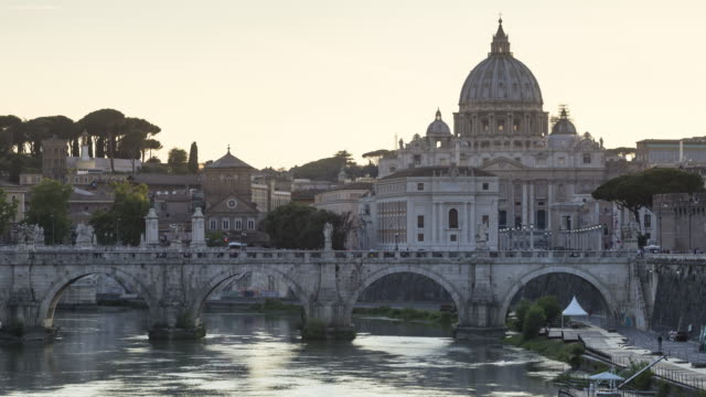 zo day to night tl of ponte sant'angelo and st peter's basilica in rome. - basilika stock-videos und b-roll-filmmaterial