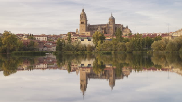 vídeos y material grabado en eventos de stock de day to night tl of salamanca cathedral across the tormes river, spain. - salamanca