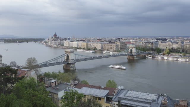 stockvideo's en b-roll-footage met day to night tl of the hungarian parliament building and chain bridge in budapest, hungary. - chain bridge suspension bridge