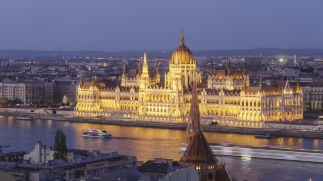 zo day to night tl of the hungarian parliament building and chain bridge in budapest, hungary. - chain bridge suspension bridge stock-videos und b-roll-filmmaterial