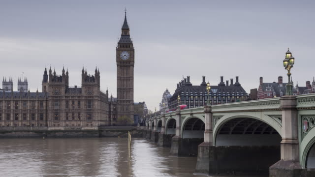 zo day to night tl of the palace of westminster and westminster bridge. - westminster bridge stock-videos und b-roll-filmmaterial