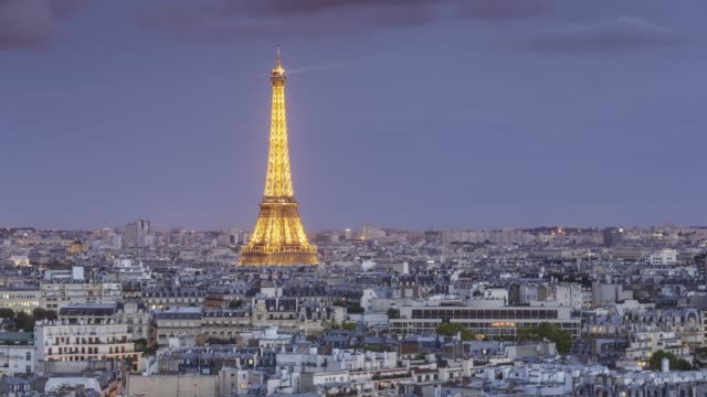 vídeos de stock, filmes e b-roll de day to night tl of the view over paris towards the eiffel tower - time lapse do dia para a noite