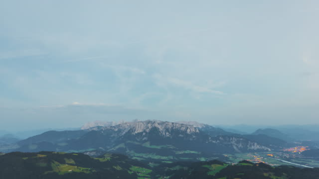 t/l day to night transition looking at the wilder kaiser mountain range in the bavarian alps - bavarian alps点の映像素材/bロール