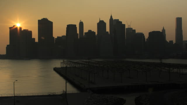 day to night transition lower manhattan from brooklyn heights (without world trade center) - east river stock videos & royalty-free footage