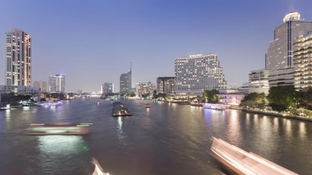 tl, ws day to night transition of chao phraya river and bangkok / bangkok, thailand - チャオプラヤ川点の映像素材/bロール
