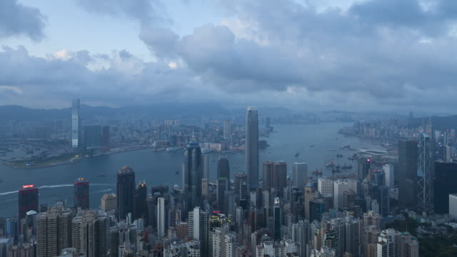 stockvideo's en b-roll-footage met  day to night transition, view over hong kong from victoria peak, the illuminated skyline of central sits below the peak, hong kong, china, time-lapse - victoria peak