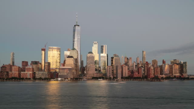 vídeos de stock e filmes b-roll de 4k day to night video time lapse of new york city lower manhattan at sunset - nova jersey