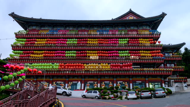 day to night view of yeondeunghoe festival (a lighting ceremony to celebrate buddha's birthday) on a facade of samkwangsa temple (largest buddhism temple in busan) - religion stock-videos und b-roll-filmmaterial