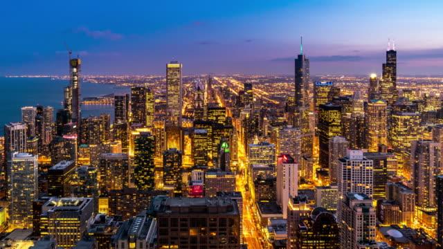 タイムラプスで昼から夜のズーム:マグニフィセントマイル、イリノイ州の近くのシカゴ川とダウンタウンのシカゴスカイラインの建物 - ズームイン点の映像素材/bロール