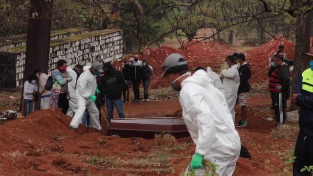 vidéos et rushes de day with adenilson souza costa at vila formosa cemetery amidst the coronavirus pandemic on may 18, 2020 in sao paulo, brazil. adenilson souza costa... - cimetière