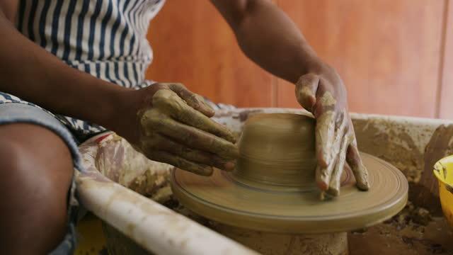 粘土で一日は決して無駄になりません - 陶芸家点の映像素材/bロール