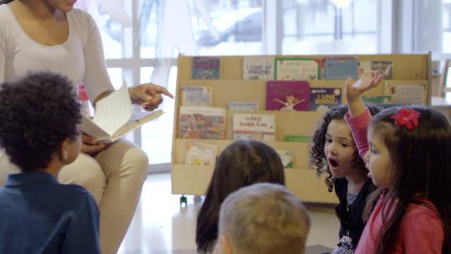 vídeos de stock e filmes b-roll de daycare contar histórias - edifício de infantário