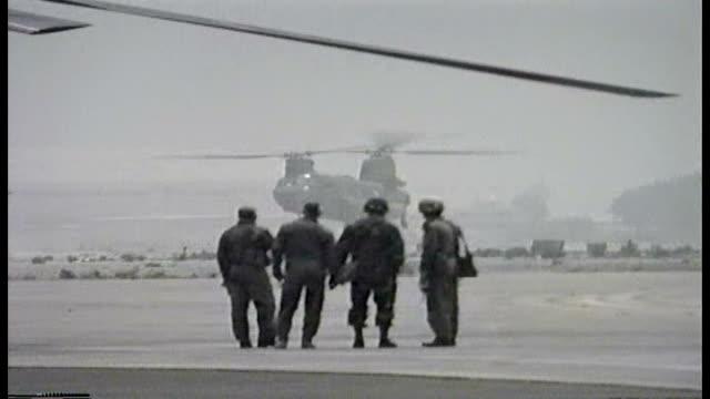 days after the battle kuwait international airport journalists wait as us military boeing ch47 chinook land and take off - operation desert storm bildbanksvideor och videomaterial från bakom kulisserna
