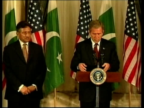 stockvideo's en b-roll-footage met day's events pool usa washington us president george w bush and general pervez musharraf along to press conference podium george w bush press... - george w. bush