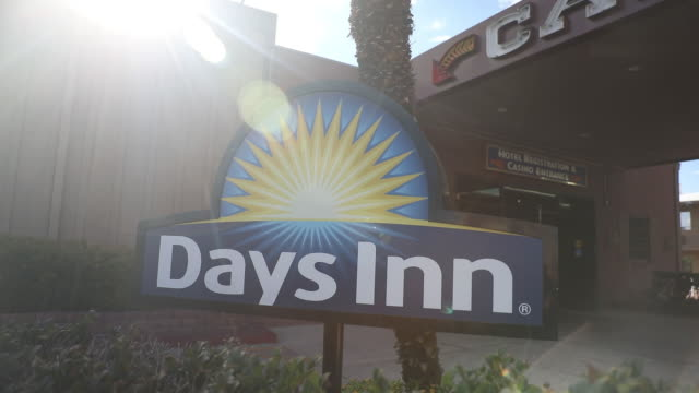 vídeos y material grabado en eventos de stock de days inn by wyndham las vegas wild wild west gambling hall exteriors in las vegas nevada us on sunday july 26 2020 - escritura occidental