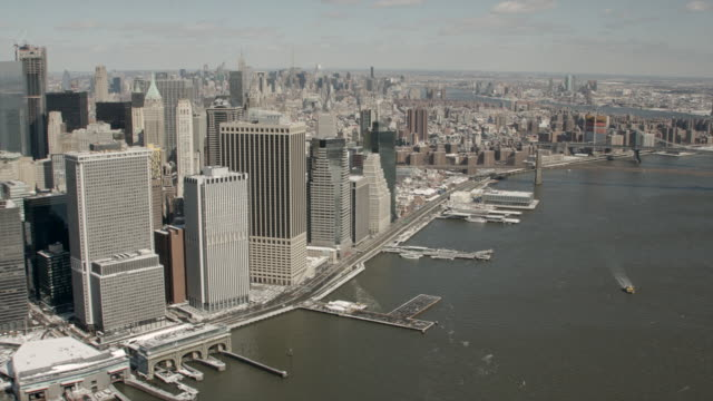 vídeos de stock, filmes e b-roll de daytime aerial view of downtown manhattan, nyc panning over to brooklyn bridge and manhattan bridge - baixo manhattan
