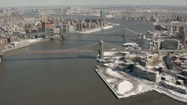 vídeos de stock, filmes e b-roll de daytime aerial views of brooklyn bridge, manhattan bridge and east river in new york city - williamsburg new york