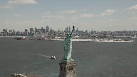 daytime, ariel view of the statue of liberty with brooklyn and manhattan in the background. - statue of liberty new york city 個影片檔及 b 捲影像
