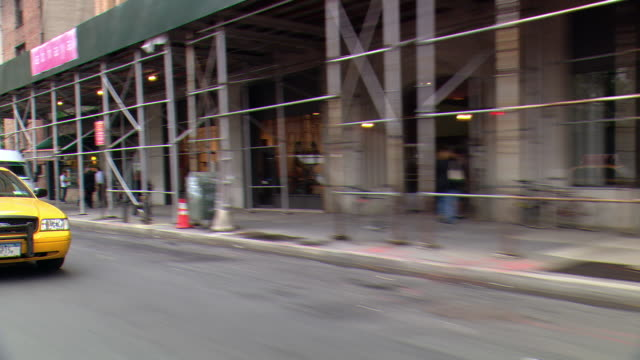 vídeos de stock, filmes e b-roll de cpov / ts / side / rear view / daytime driving manhattan / new york / ny ny - baixo manhattan