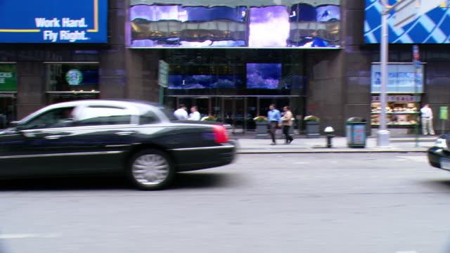 vídeos y material grabado en eventos de stock de cpov / side view / daytime driving through manhattan / new york city / ny ny - letrero de tienda