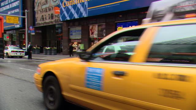 vídeos y material grabado en eventos de stock de cpov / side / front view / daytime driving through manhattan / new york city / ny ny - letrero de tienda