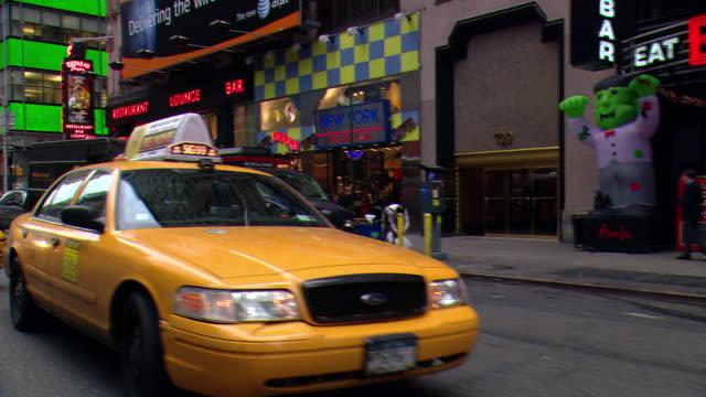 vídeos y material grabado en eventos de stock de cpov / side / rear view / daytime driving through manhattan / new york city / ny ny - letrero de tienda
