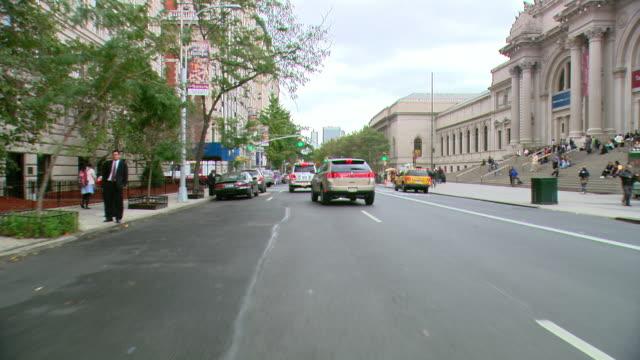 vídeos de stock, filmes e b-roll de ts / front view / daytime driving through manhattan / new york city / ny ny - museu metropolitano de arte