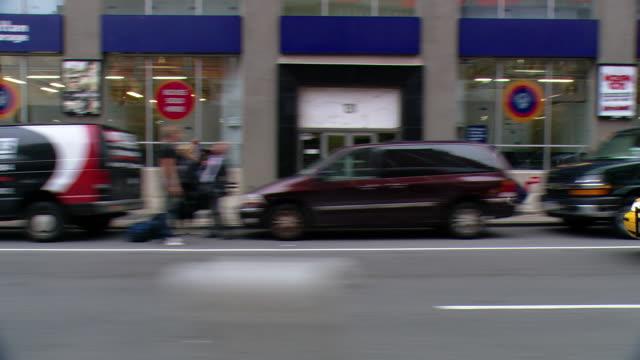 vídeos y material grabado en eventos de stock de cpov / side view / daytime driving through midtown manhattan /new york city / ny ny - letrero de tienda