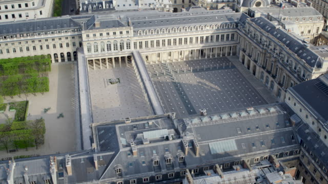 vidéos et rushes de daytime drone flight along a deserted palais-royal in paris during the covid 19 shutdown/corona lockdown. - antenne individuelle