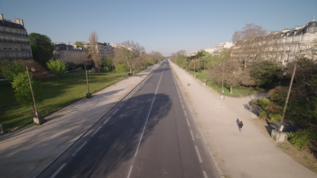 vidéos et rushes de daytime drone flight along a deserted street in paris - avenue forch 75008 during the covid 19 shutdown/corona lockdown - lockdown