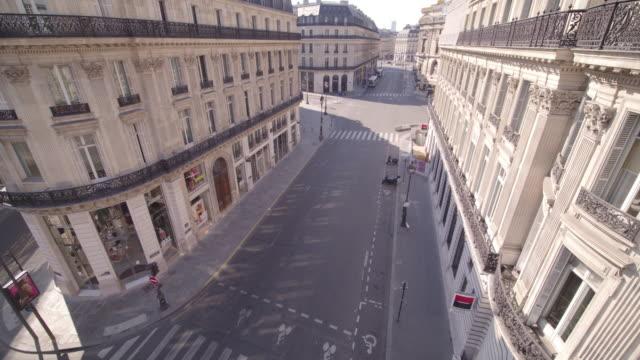 vidéos et rushes de daytime drone flight along a deserted street rue halévy with rue la de chaussée d'antin in paris during the covid 19 shutdown/corona lockdown - confinement