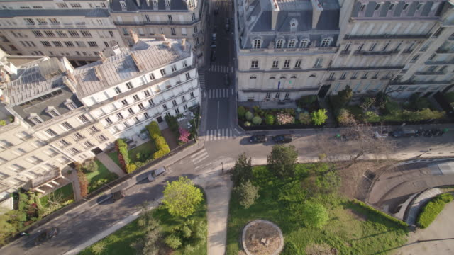 vidéos et rushes de daytime drone flight along a deserted street/alley in paris going backwards, topdown view - during the covid 19 shutdown/corona lockdown - antenne individuelle