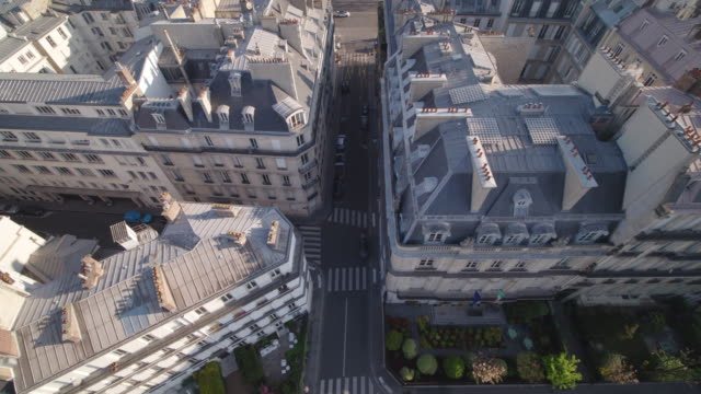 vidéos et rushes de daytime drone flight along a deserted street/alley in paris topdown view during the covid 19 shutdown/corona lockdown - antenne individuelle