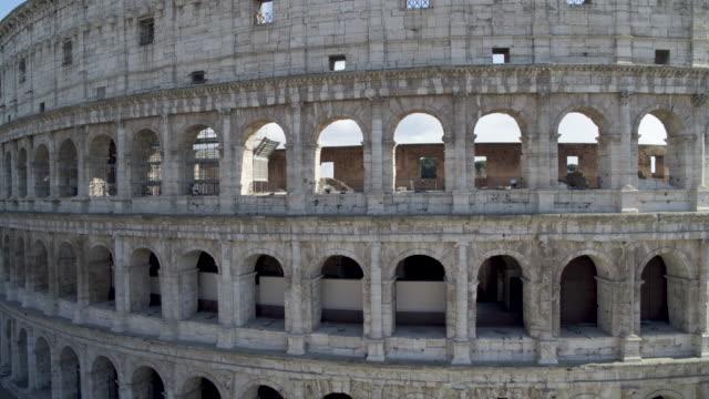 vidéos et rushes de daytime drone flight of a deserted colosseum in rome, italy during the covid 19 shutdown/corona lockdown - cesar