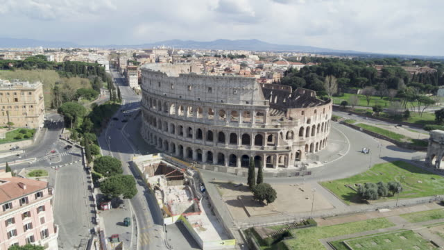 vidéos et rushes de daytime drone flight of a deserted colosseum in rome, italy during the covid 19 shutdown/corona lockdown - lockdown