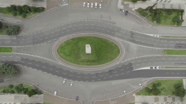 vídeos y material grabado en eventos de stock de daytime drone flight of a deserted colosseum in rome, italy during the covid 19 shutdown/corona lockdown - capitel