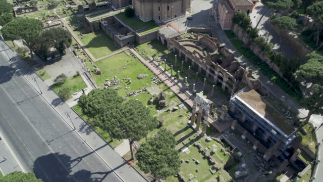 vidéos et rushes de daytime drone flight of a deserted forum of cesar in rome, italy during the covid 19 shutdown/corona lockdown in 2020 - gladiateur