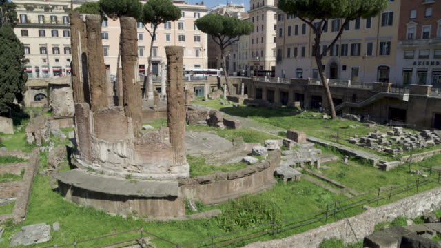 vidéos et rushes de daytime drone flight of a deserted largo di torre argentina in rome, italy during the covid 19 shutdown/corona lockdown in 2020 - gladiateur