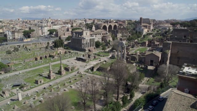 vidéos et rushes de daytime drone flight of a deserted roman forum in rome, italy during the covid 19 shutdown/corona lockdown in 2020 - antenne individuelle