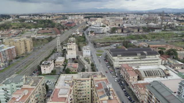 vídeos de stock, filmes e b-roll de daytime drone flight of a deserted street in rome, italywith a top-down view during the covid 19 shutdown/corona lockdown in 2020 - câmara parada